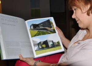 Karin liest im Callwey-Buch Häuser des Jahres 2013