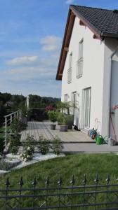Eine große Veranda ist das Markenzeichen des Hauses von Jessica und Bernhard.