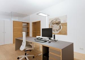 Im Büro von Karl-Heinz Heininger wurde an der Wand ein Fenster aus romanischer Zeit freigelegt.