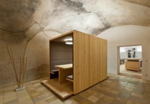 Besprechungen werden bei Heininger-Ingenieure in der Holzbox abgehalten −  bei guter Akustik.