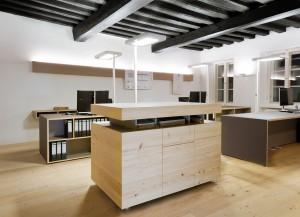 Im Hauptraum mit den Arbeitsplätzen  beeindruckt die jahrhundertealte Holzdecke.