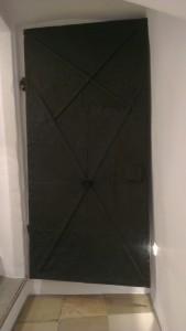 Blickfang im sanierten Stadthaus: die schwarze Tür im weißen Treppenhaus.