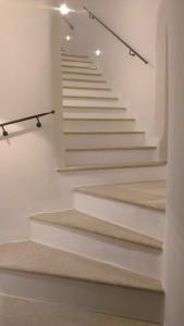 Willkommen im alten Stadthaus, das so frisch saniert ist, dass sogar das Treppenhaus richtig erstrahlt.