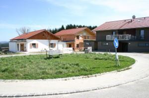 Dorfplatz des Ökodorfs Erlenweide mit Dorfbank.