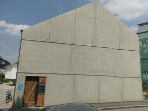 Betonfassade des Mehrfamilienhauses Kapuzinerstraße 37