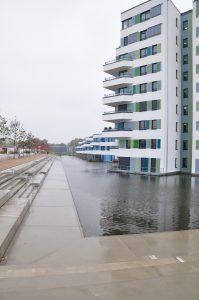 Betonflächen statt Strand: Hier sind man, dass die Waterhaouses nicht an einem natürlichen See oder Meer liegen, sondern an einem künstlichen Regenrückhaltebecken. Foto: Hendrik Schwartz