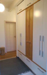 Garderobenschrank mit weißen Türen und Eichenholz