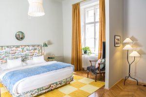 Blick in Hotelzimmer in Gelb und Blau gehalten