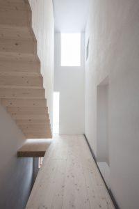 Treppenhaus des Projekts Moosham 13 bei Grafenau