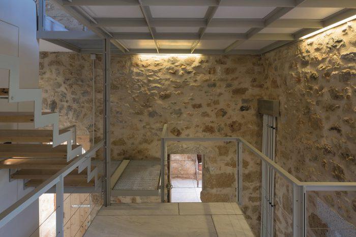 Blick auf die neu eingebaute Stahltreppe in der Casa Antica