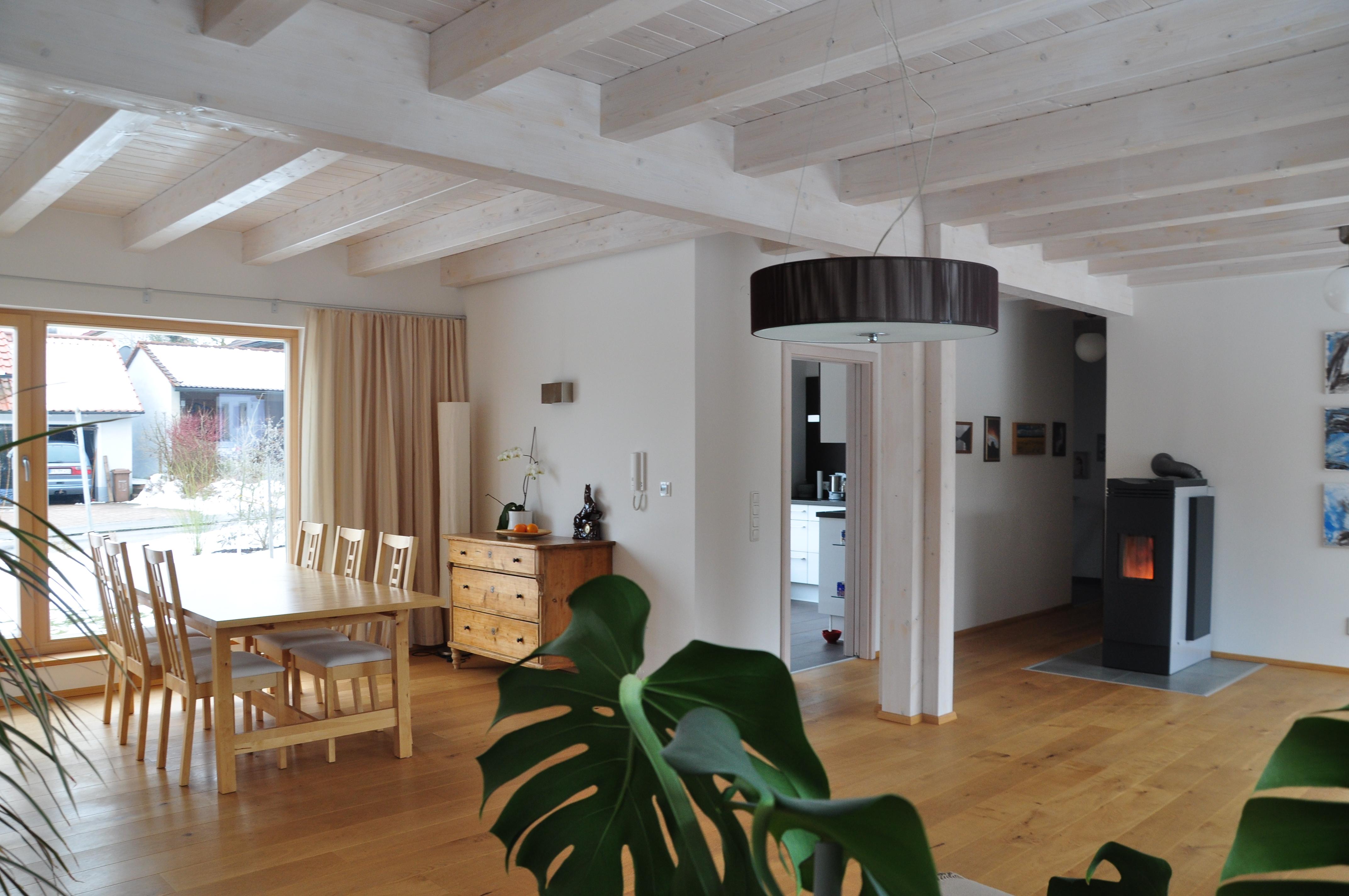 Blick in den Wohnraum des Hauses Polz mit Pelletofen als Primärofen, der für die Aufstellung in Wohnräumen konzipiert ist.