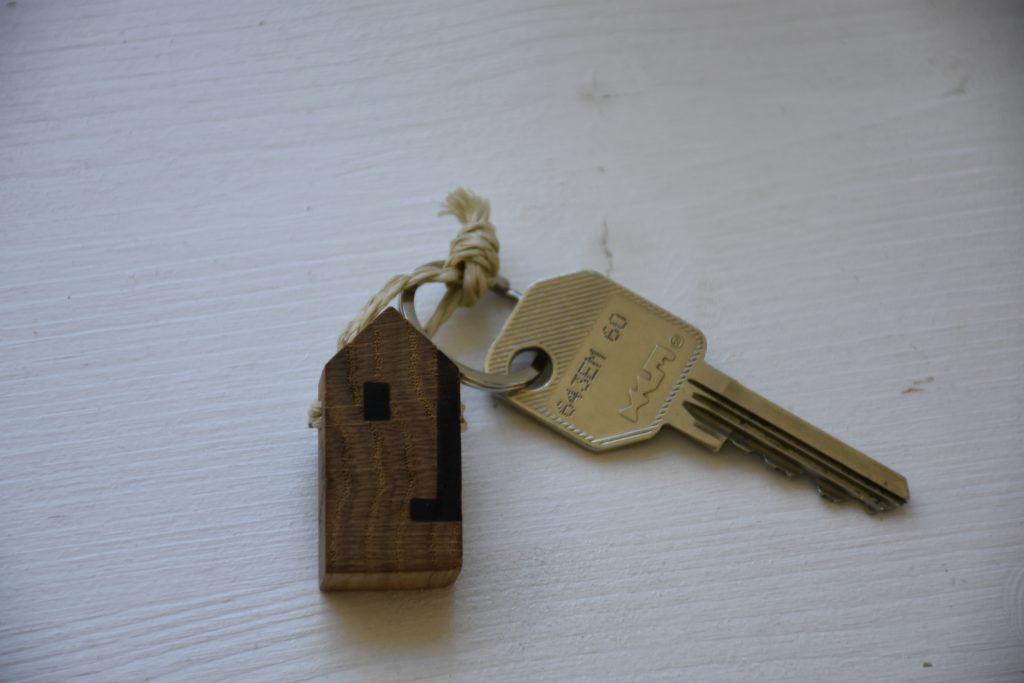 Der Schlüssel zur HYT mit einer kleinen stilisierten Hütte aus Holz als Anhänger.