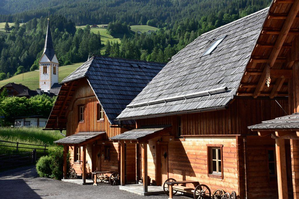 Eingang zu weiteren Hütten der St. Martin Chalets