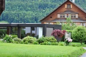Ein Holzhaus mit Flachdach in Bezau.