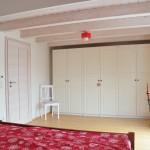 Über der ungewöhnlich niedrigen Holzbalkendecke befindet sich noch ein überraschend gemütliches Zimmer, das man so nicht erwarten würde.