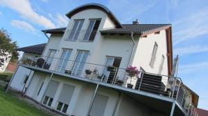 Das Haus von Jessica und Bernhard liegt an einem Hang.