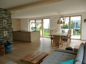 Esszimmer und Küche im Passivhaus Enger