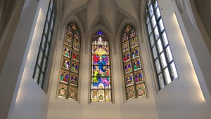 Die Glasfenster in der Heiliggeist-Kirche wurden bei der Renovierung wieder eingesetzt
