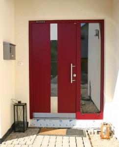 Die Haustür ist in rot gehalten.