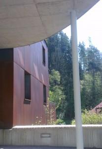 Fassade des Mühltalhofs aus Kortenstahl.