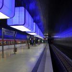 U-Bahn-Station Hafencity Hamburg blau erleuchtet
