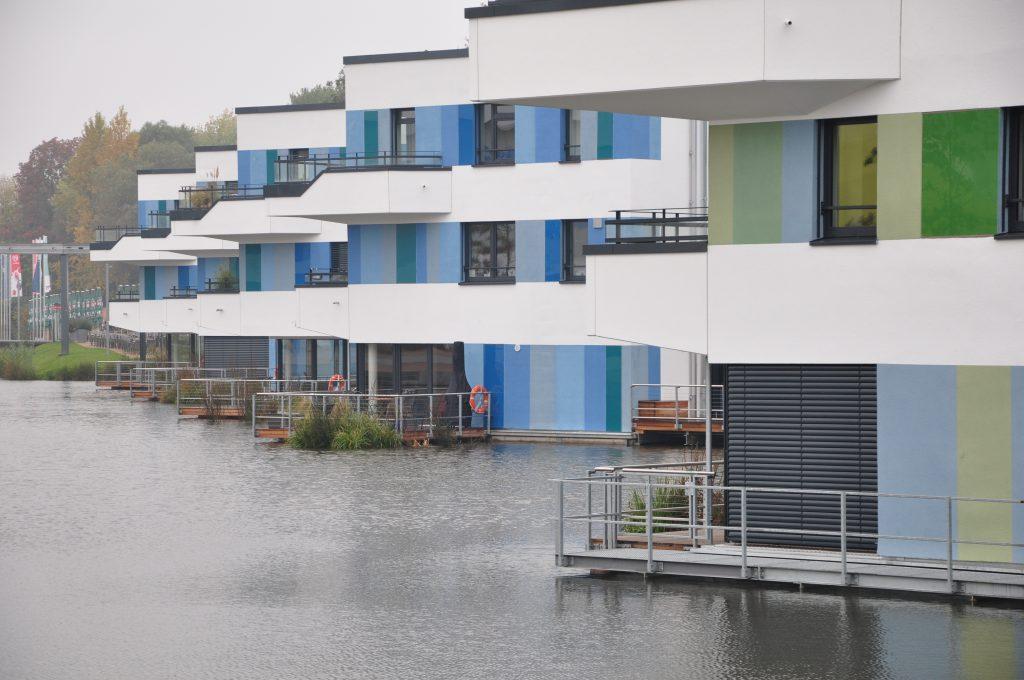 Das hat nur, wer direkt am Wasser wohnt: eine Terrasse, die nur wenige Zentimeter über der Wasseroberfläche beginnt. Foto: Hendrik Schwartz.