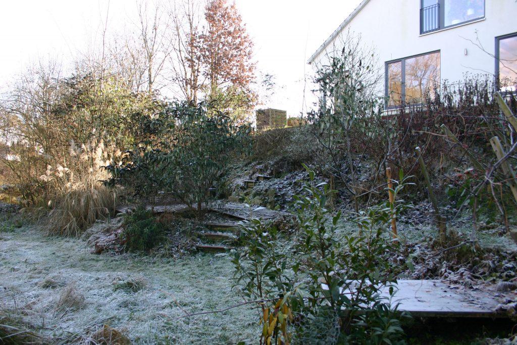 Haus Polz Ansicht aus Norden mit Garten und Nordhang sowie Terrasse