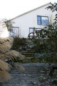 Haus Polz aus Nord-Osten mit Blick auf die Holzterrasse im Nordhang