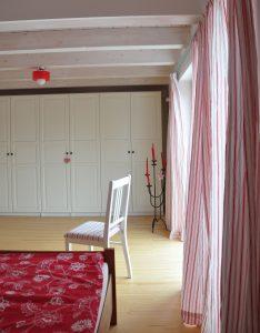 Schlafzimmer im Haus Polz mit Kleiderschrank Pax