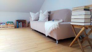 Couch im Dachstudio von Haus Polz