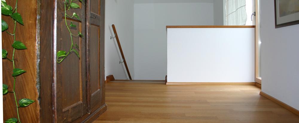 Blick vom Wohnflur im oberen Geschoss des Hauses Polz auf die offene Treppe.